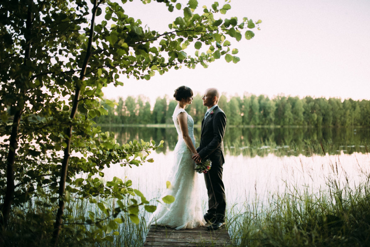 Destination Wedding Finnland couple shots into the wild