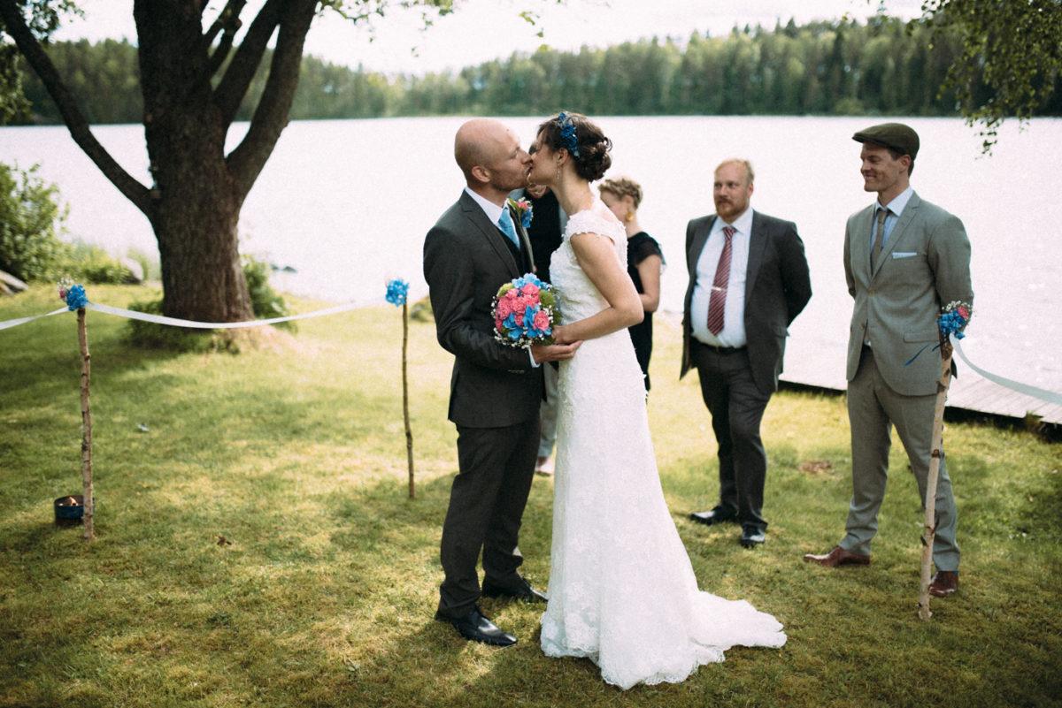 Destination Wedding Finnland freie Trauung first kiss
