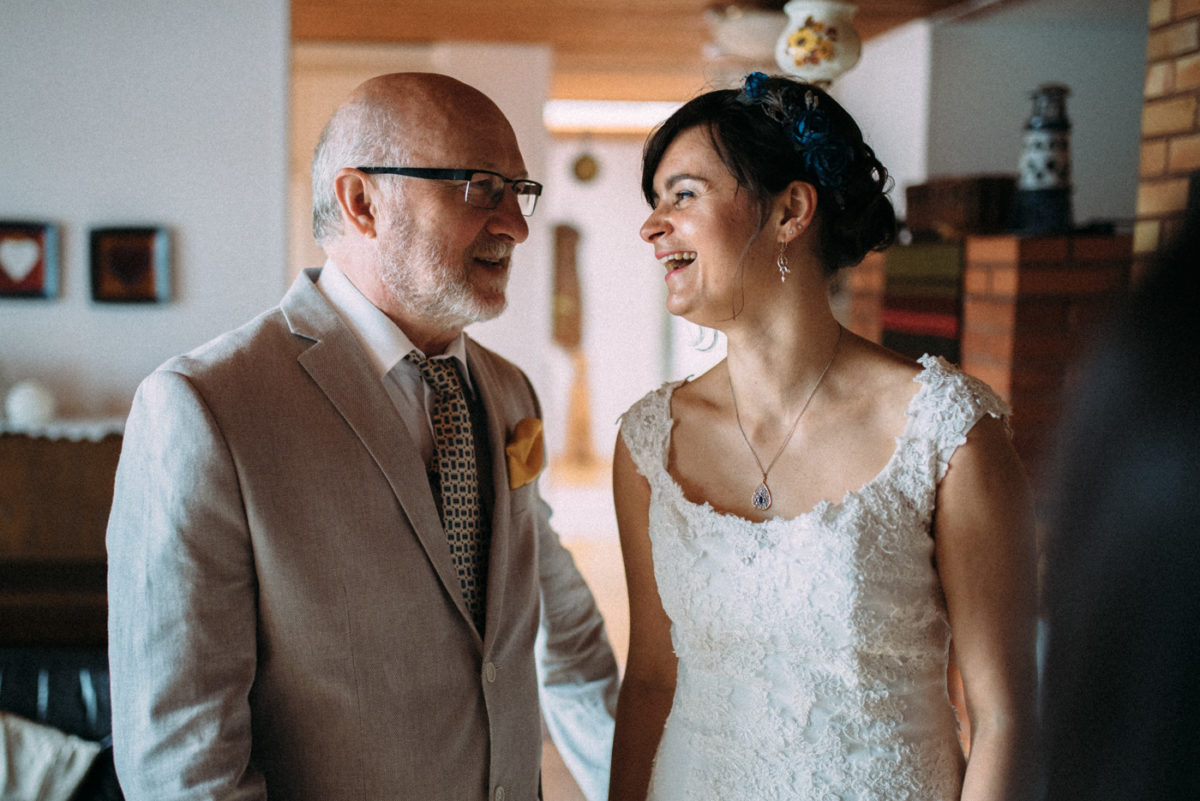 Destination Hochzeit Finnland Braut und Schwiegervater lachen