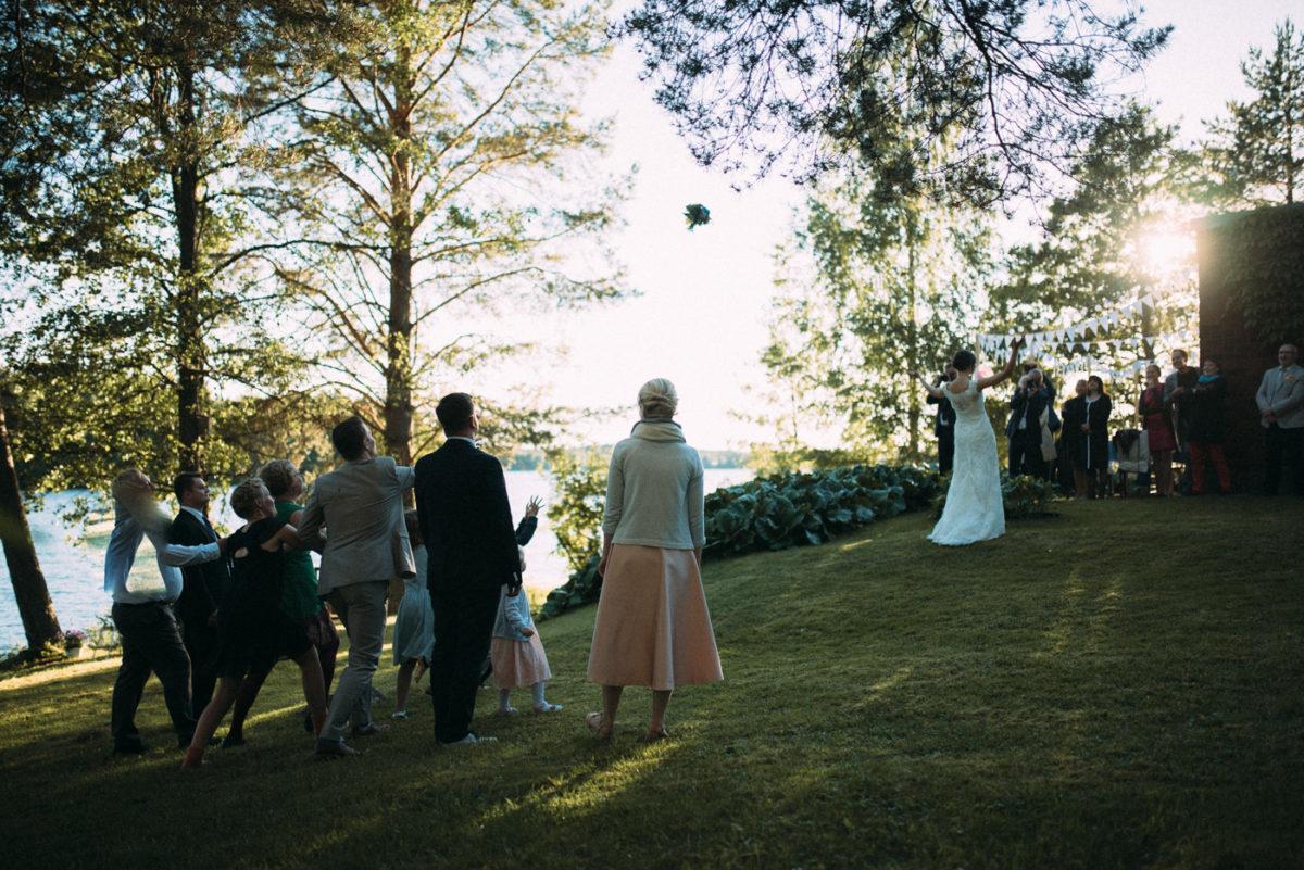 Brautstrauß werfen im Freien