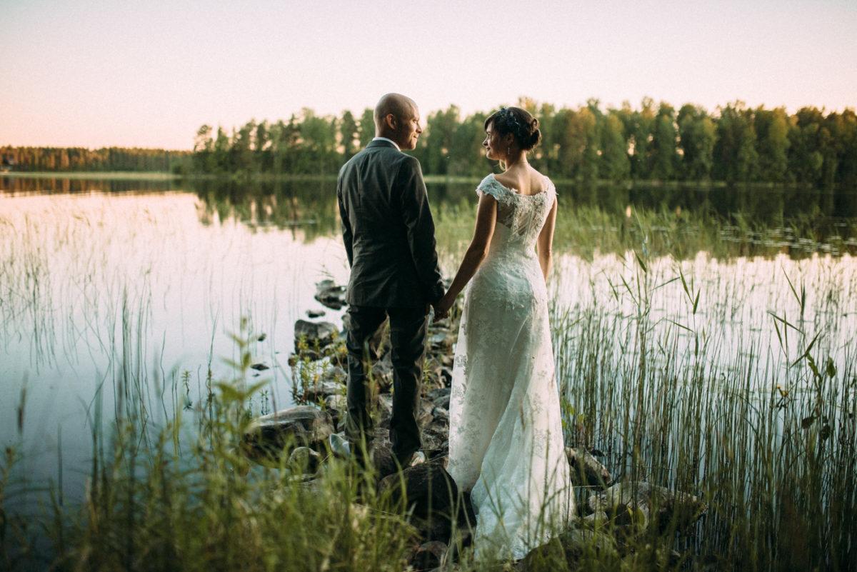Destination Wedding Finnland couple shots into the wild