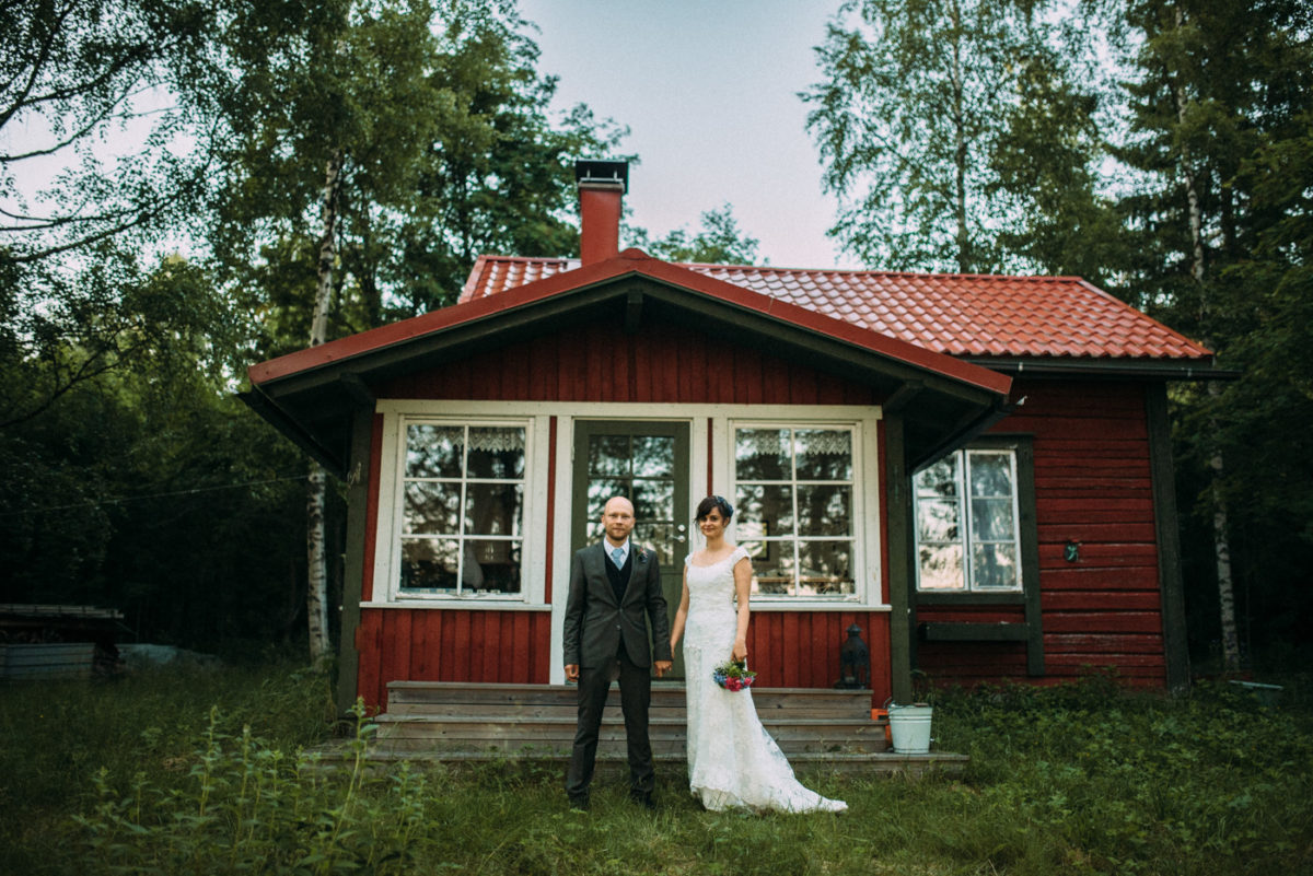 Destination Wedding Finnland couple shots into the woods