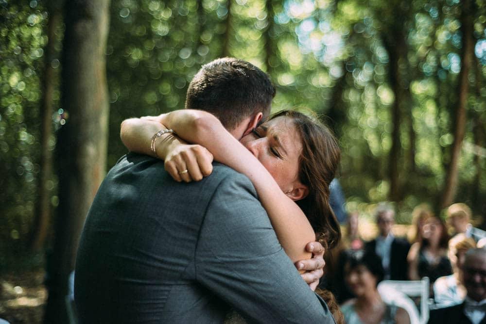 Moment emotional Braut Trauung Umarmung