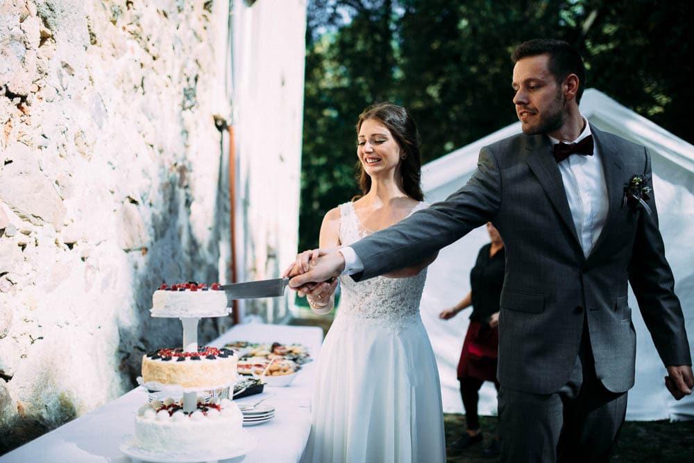 Torte Hochzeit anschneiden