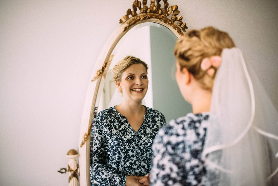 Getting Ready Braut schaut in Spiegel