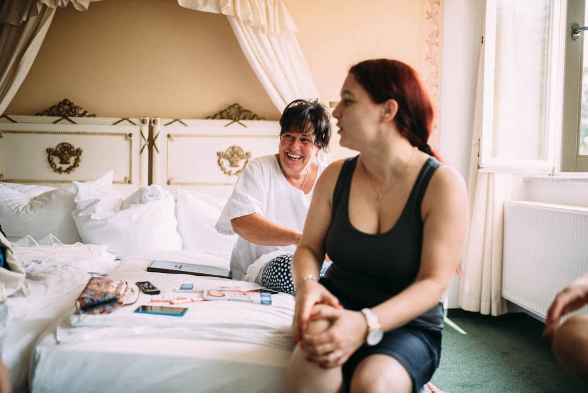 Getting Ready Braut Mutter freut sich