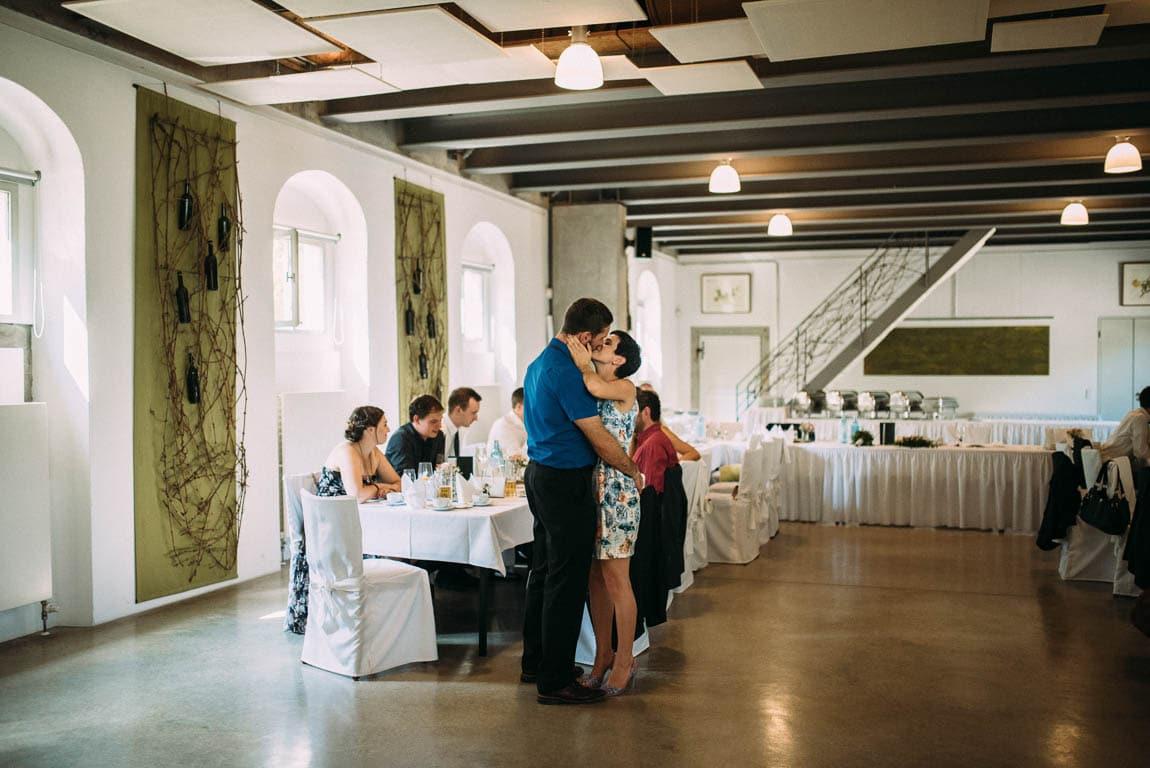 Hochzeit Kuss Gäste
