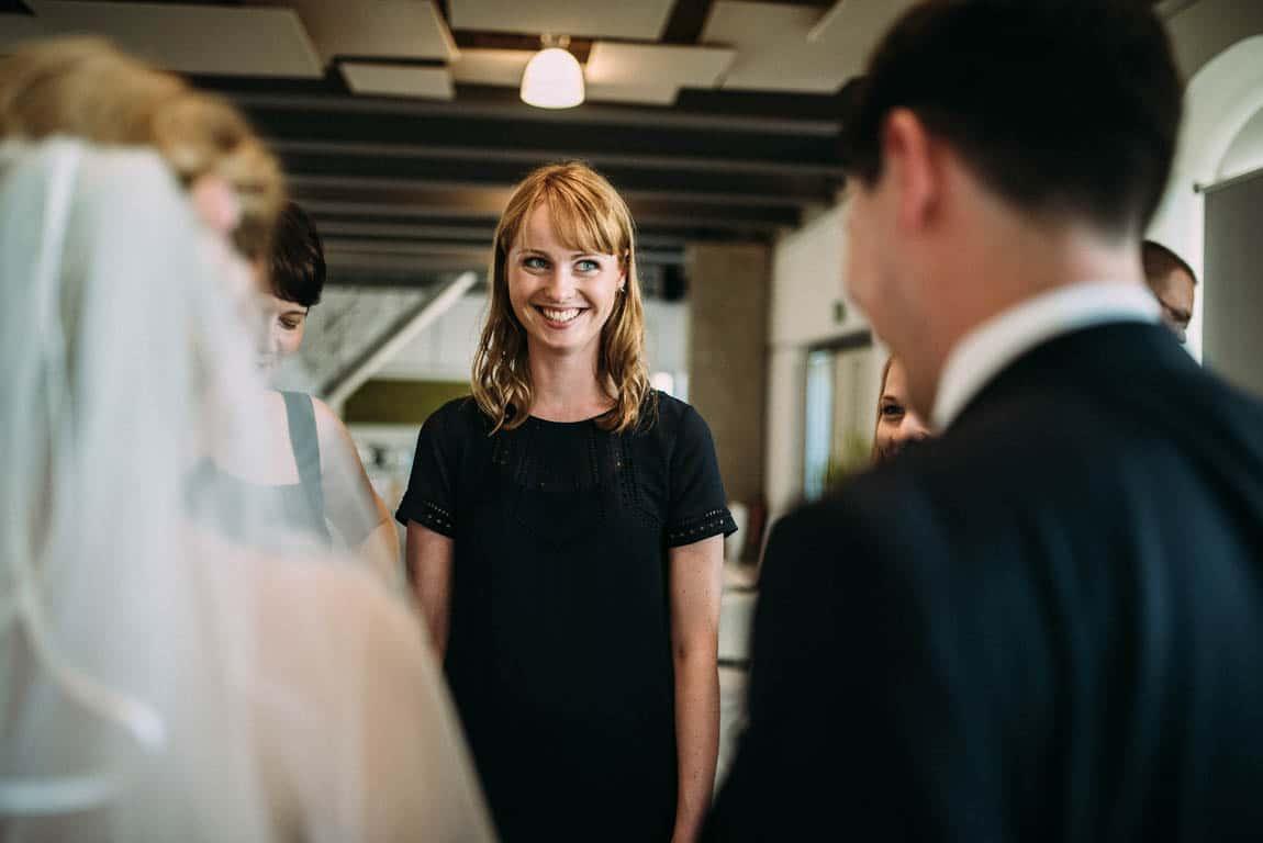 Gäste freuen sich fürs Brautpaar