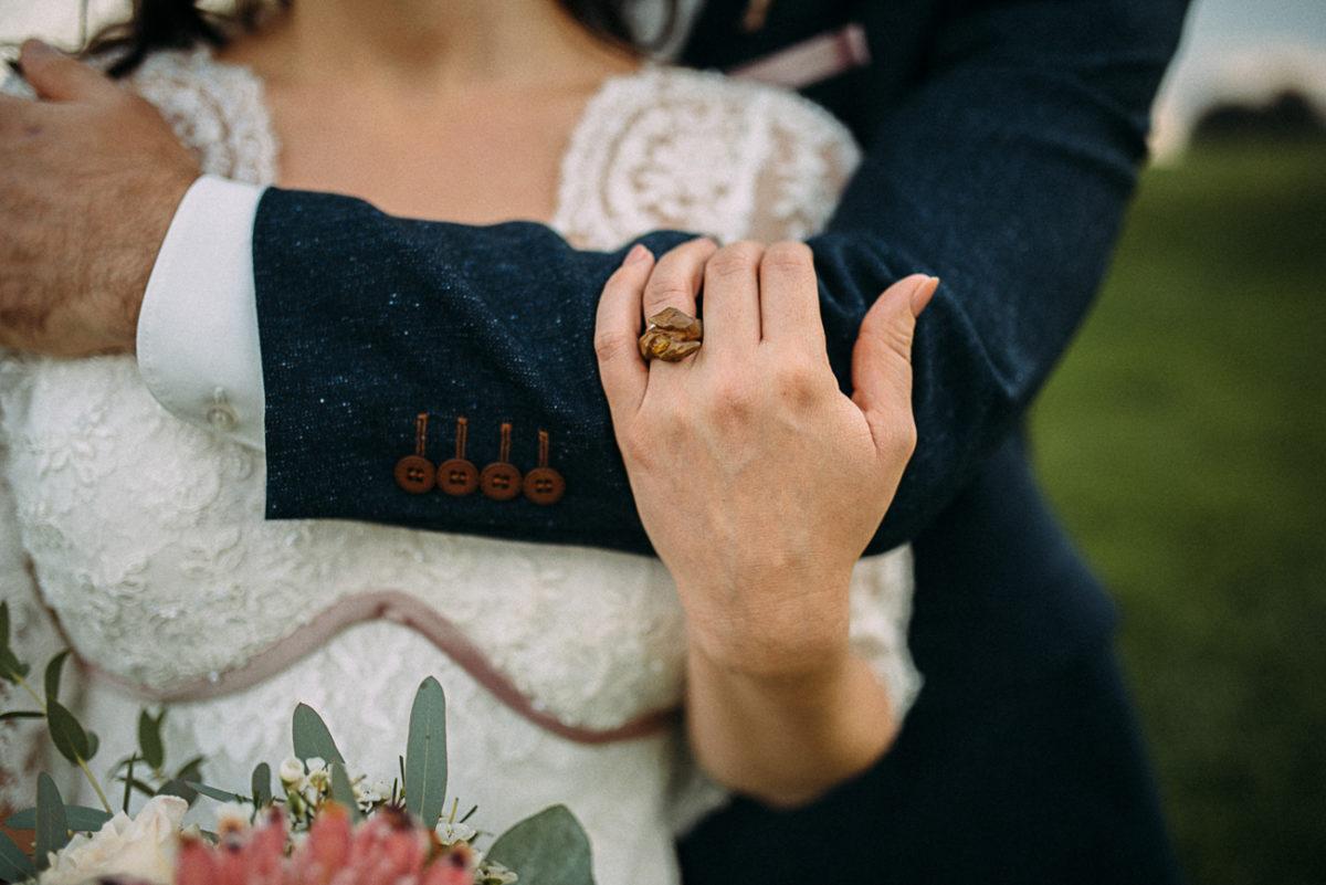 Landhochzeit Hochzeit Paarshooting natürlich rustikal authentisch ungestellt perfekt Nahaufnahme