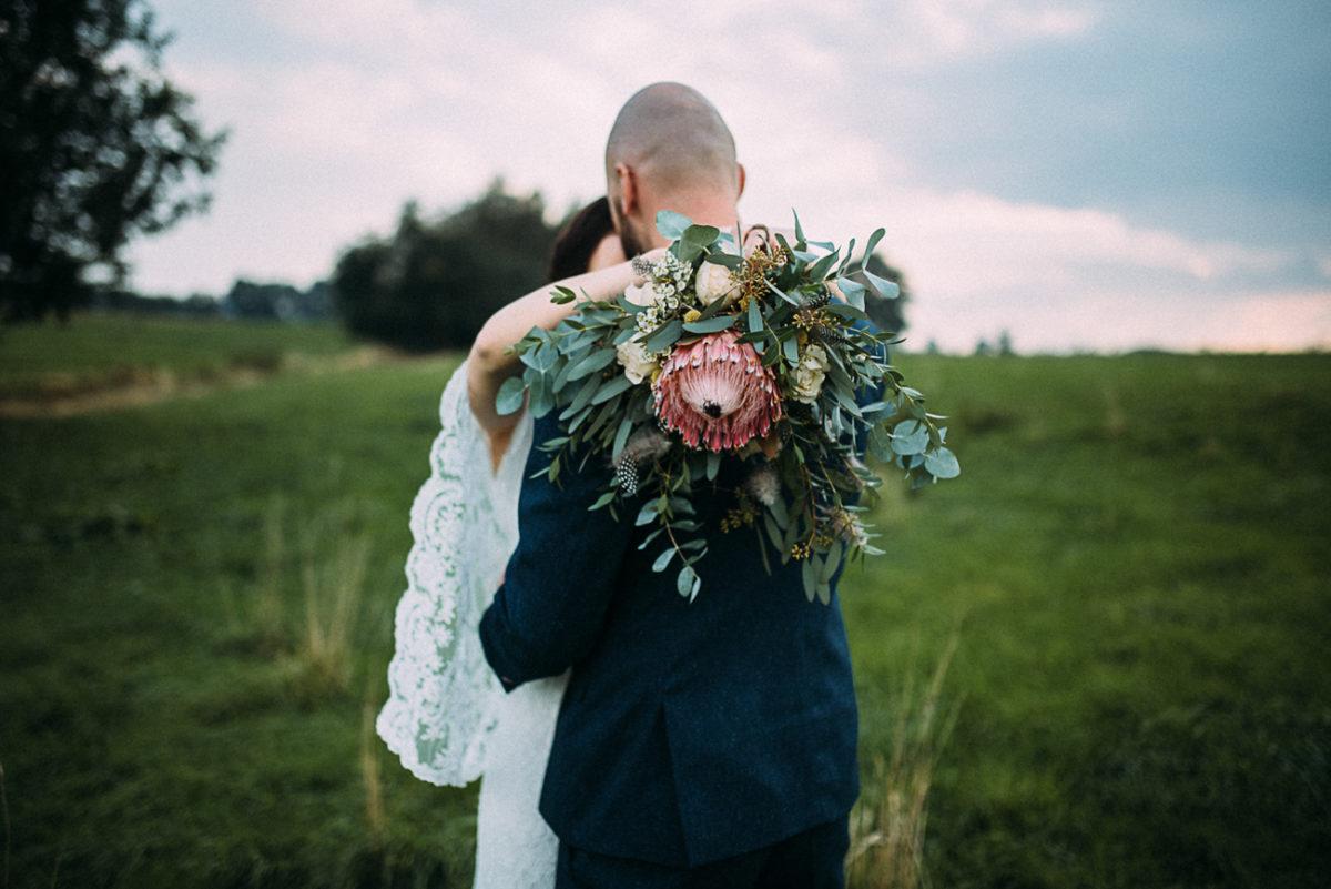 Landhochzeit Hochzeit Paarshooting natürlich rustikal authentisch ungestellt perfekt Brautstrauß