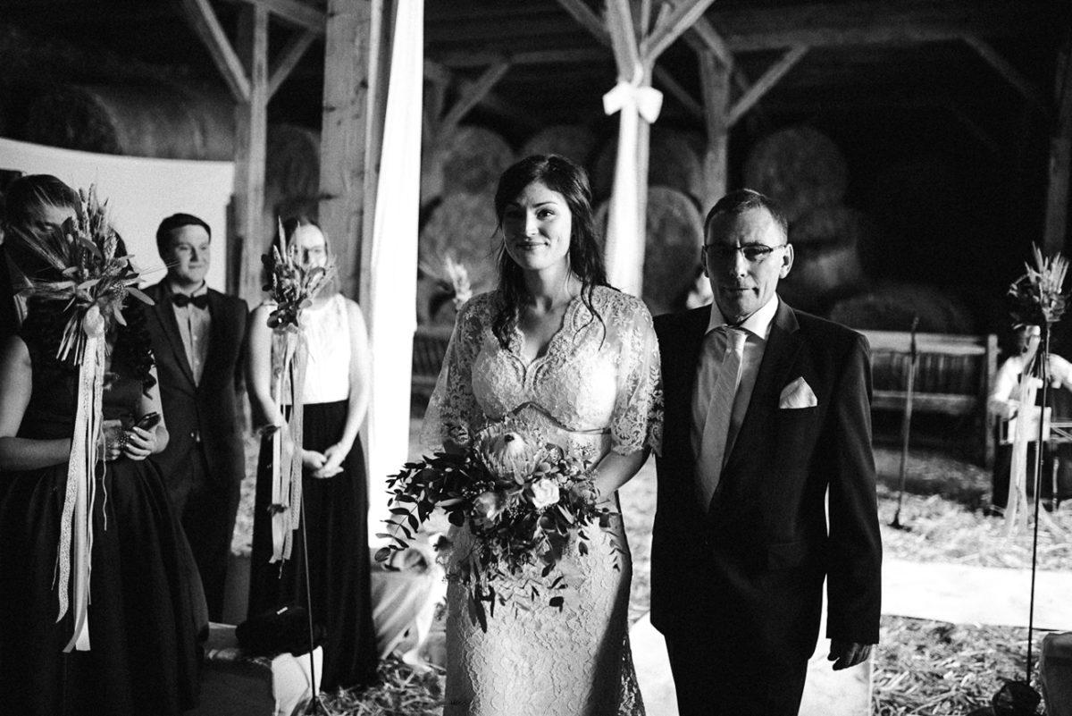 Moderne Scheunenhochzeit freie Trauung Landhochzeit rustikal Brautvater und Braut