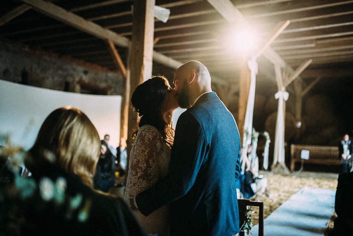 Scheunenhochzeit Landhochzeit rustikal Gut Neumark emotional Jawort Sie dürfen die Braut jetzt küssen