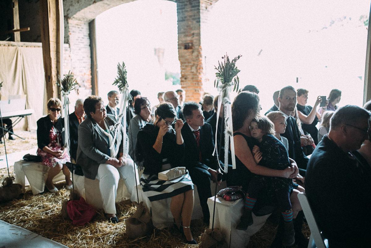 Scheunenhochzeit Landhochzeit rustikal Gut Neumark Emotionen bei Gästen Augenblicke