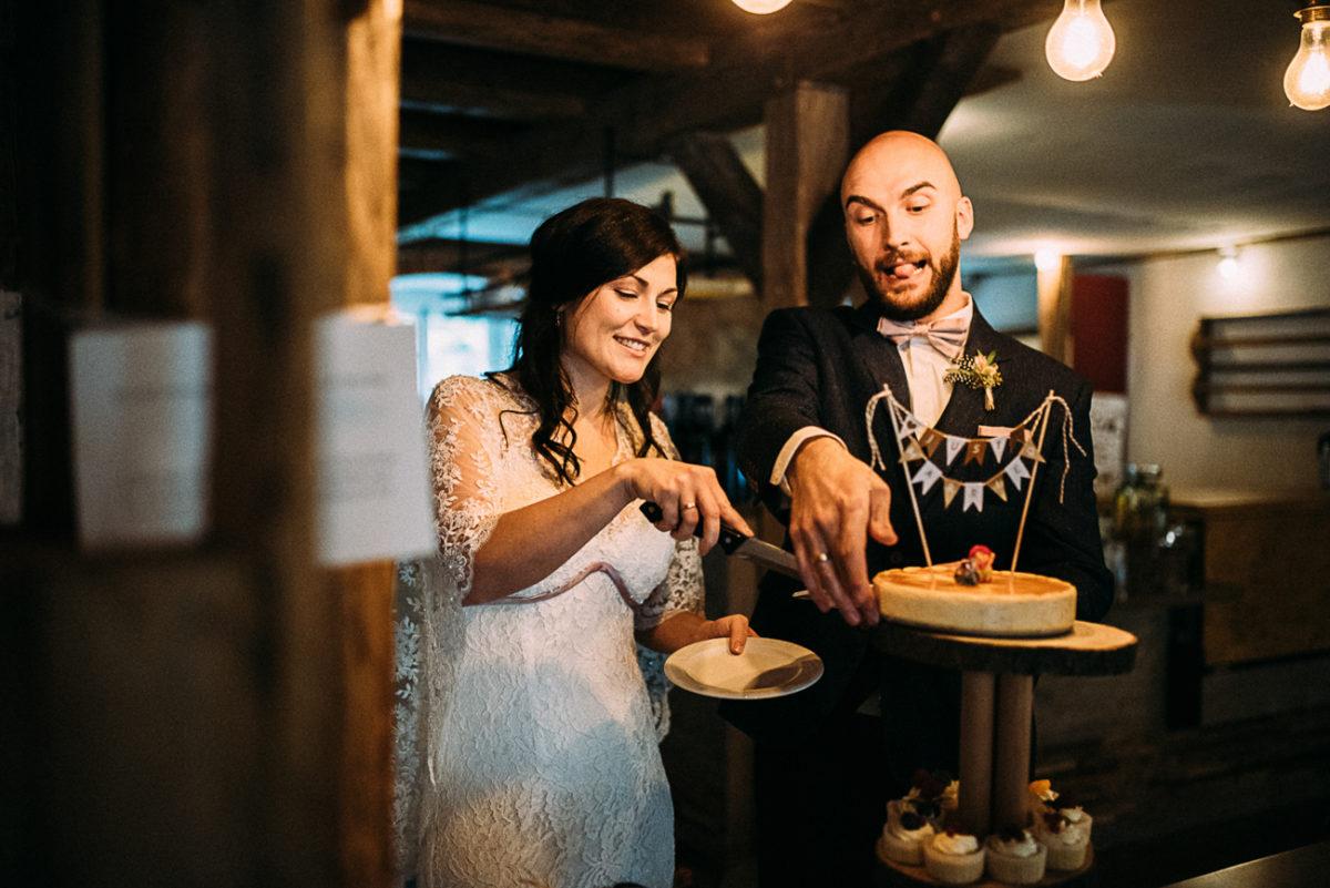 Scheunenhochzeit Landhochzeit rustikal Gut Neumark Kuchen Torte anschneiden