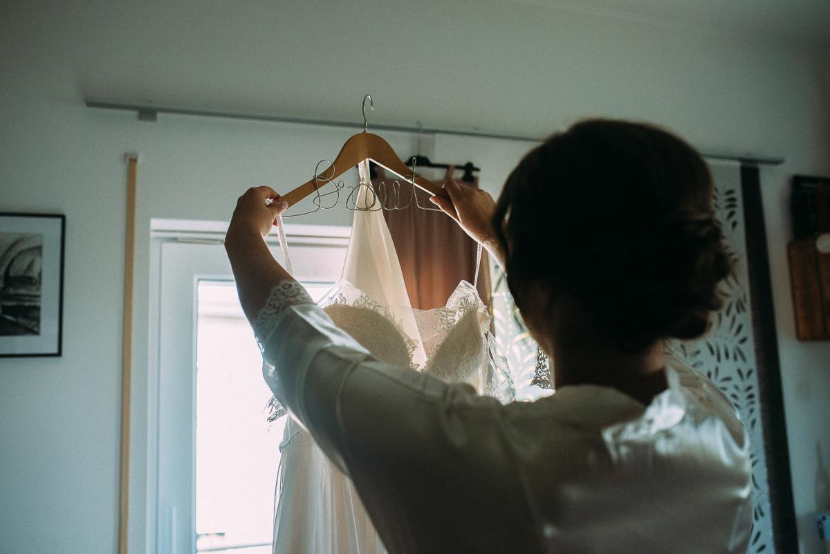 Nürnberg Getting ready Braut hält Brautkleid